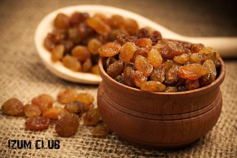 Изюм – это сушеный виноград, который имеет огромное количество полезных свойств.